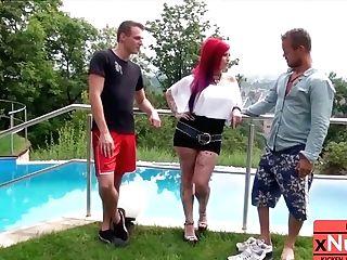 Dreier Mit Rothaarigen Draussen Am Pool